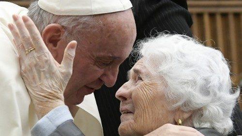 """François: personnes âgées et grands-parents, le """"nous"""" qui fait renaître l'humanité"""
