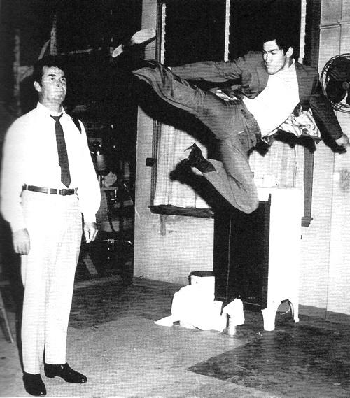 Bruce effectue un coup de pied sauté, face à James Garner dans le plateau de Marlowe (Août 1968).