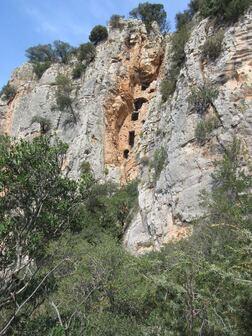 Une curieuse habitation dans la falaise de ND du Glaive