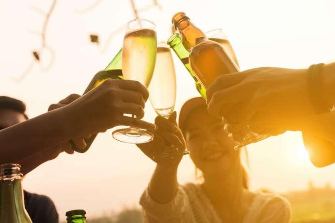 20 % des Européens des 15-19 ans déclarent boire de l'alcool de façon excessive occasionnellement. © stnazkul, Adobe Stock