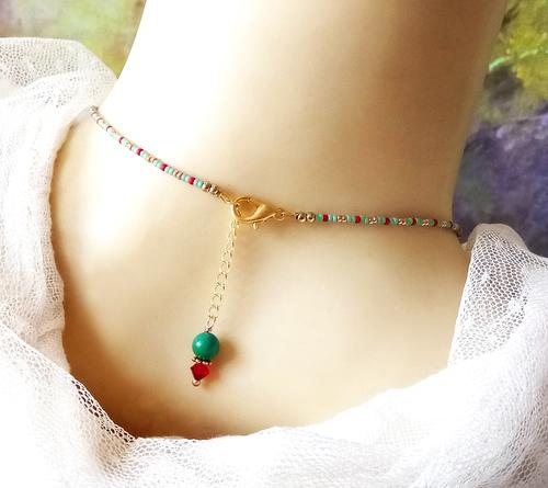 Collier pendentif Turquoise / rouge, pierre de turquoise verte naturelle et cristal de Swarovski / laiton doré