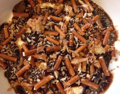 Yaourt nature aux billes de tapioca avec coulis de cassonade, Pretzels & coco rôtie