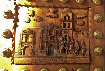 porte sculptée de la ctahédrale de notre dame de Copacabana