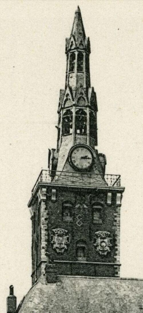 Armentières - Mairie, vue de la Grand'Place, détail sur le beffroi (numerique.bibliotheque.bm-lille.fr)