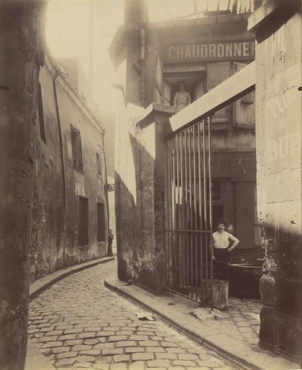 Atget Paris Entre du passage de la Runion 1 et 3 Rue du Maure 3 arrondissement 612x750 Le Paris de 1900 par Atget