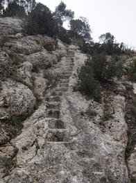 L'escalier taillé dans le rocher (photo de Yannick P.)