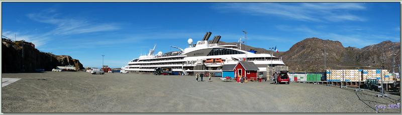 L'Austral, après une nuit de navigation depuis Kangerlussuaq, s'ancre dans le port de Sisimiut - Groenland