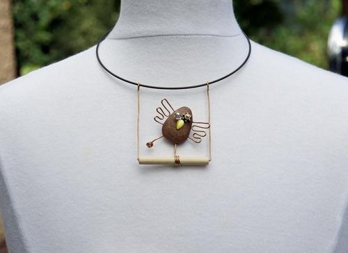 pendentif en bois et fil de bronze