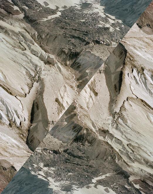 des montagnes dans un miroir