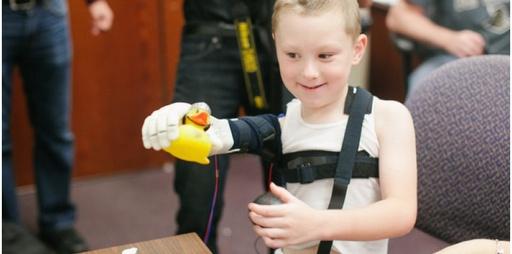 La prothèse robotisée dont bénéficie désormais Alex Pring lui permet d'effectuer des gestes simples grâce à son système myoélectrique. ©UCFArmory