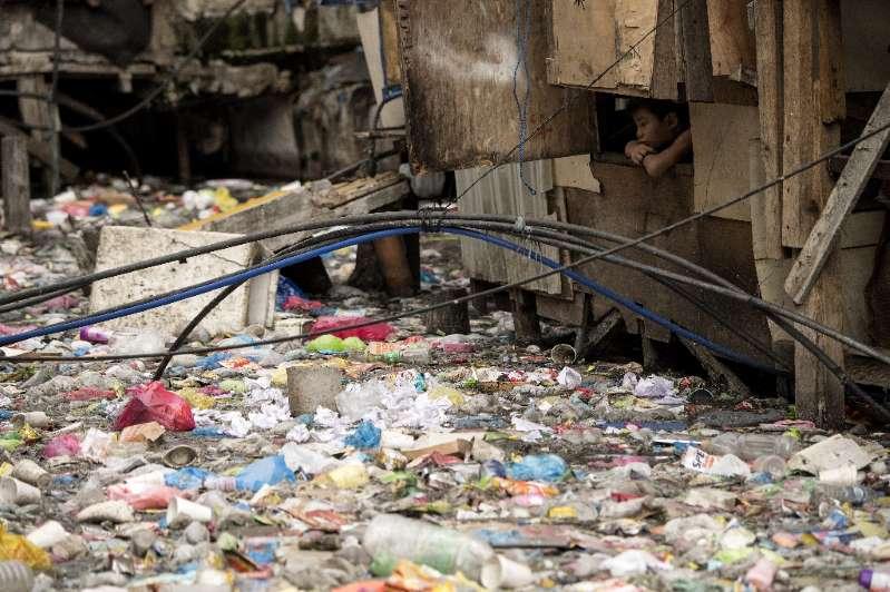 Un ruisseau rempli de plastiques dans un bidonville de Manille le 12 mai 2018.
