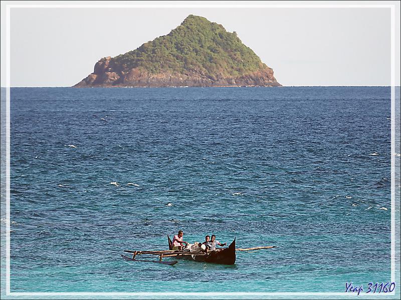 "Une pirogue arrive d'on ne sait ""z'où"" ... - Nosy Tsarabanjina - Archipel Mitsio - Madagascar"