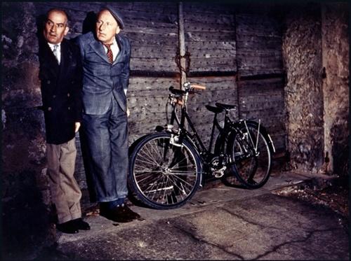 Bourvil et Louis de Funès se cachent