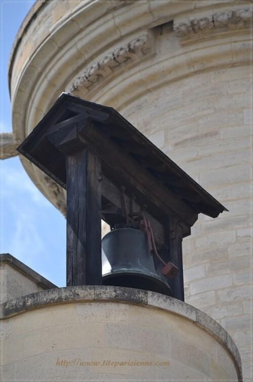 La cloche de l'horloge de Charles V sur le châtelet du donjon