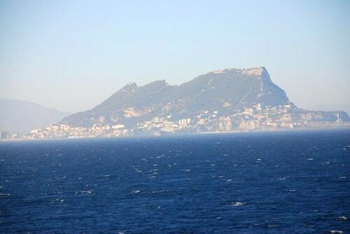 Le rocher de Gibraltar dans le brume
