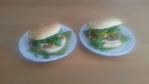 1 poulet fromage st Marcellin sauce fromage blanc moutarde avec roquette et mâches  2 hamburger classique steak fromage salade
