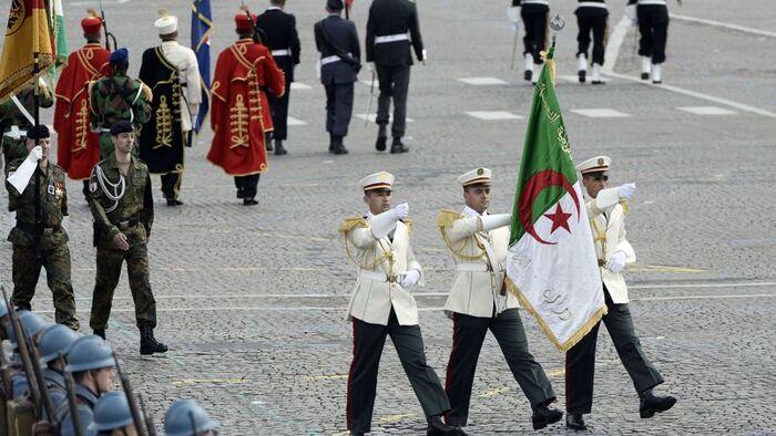 """Quatre-vingts pays sur les Champs-Élysées pour un message de paix Souvenirs du 14 juillet 2014 En 2017 la vedette ? c'est le """" vulgaire et fantaisiste"""" président américain Busch En 201"""