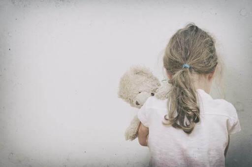 petite fille seule avec son nounours