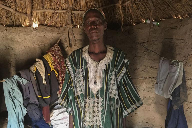 Koagdia Combary, le père de Taladi dans sa case en périphérie du village de Potiamanga.