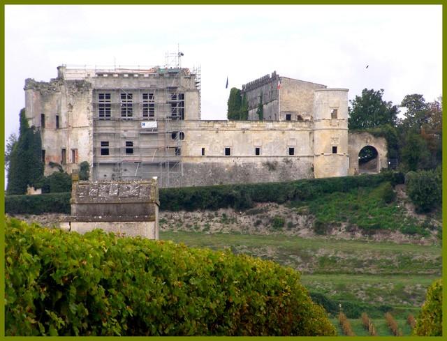 Blog de sylviebernard-art-bouteville : sylviebernard-art-bouteville, 2 Rénovation des façades de la grande salle et des fenêtres à meneaux - (2006).