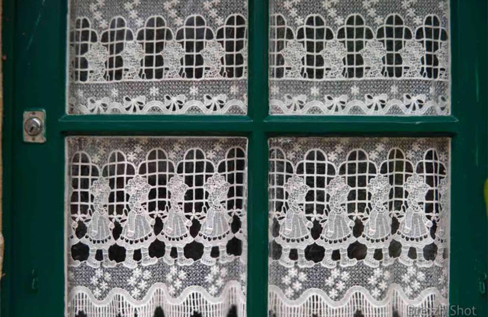 Des rideaux sur une fenêtre à Kerhinet