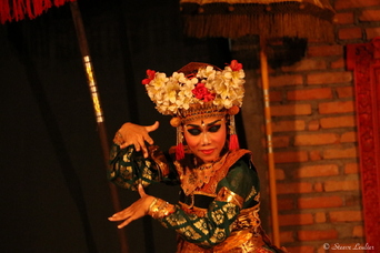 Danseur et danseuses de la troupe balinaise de Sebatu