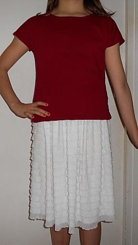 t-shirt-rouge-jupette-blanche-2.JPG