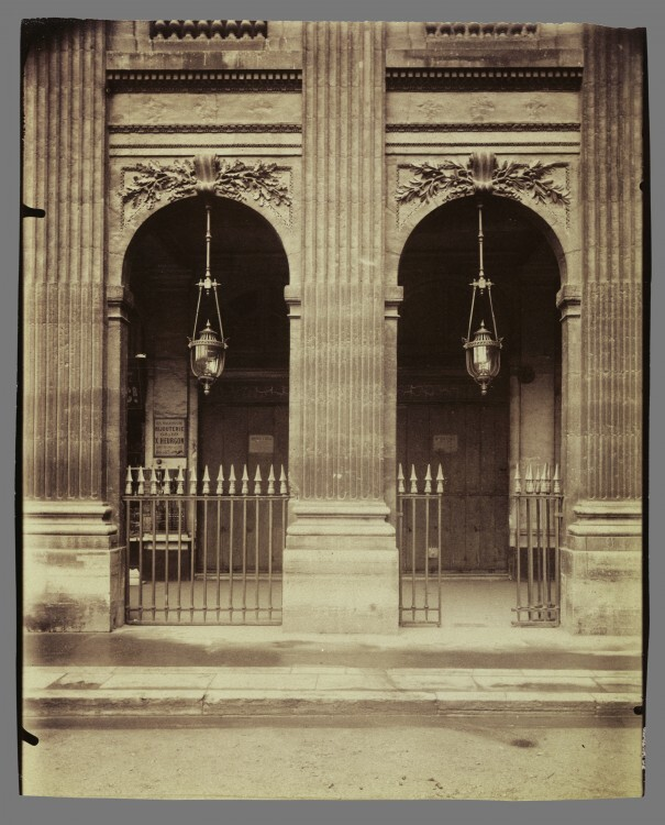 Atget Paris Palais Royal 605x750 Le Paris de 1900 par Atget