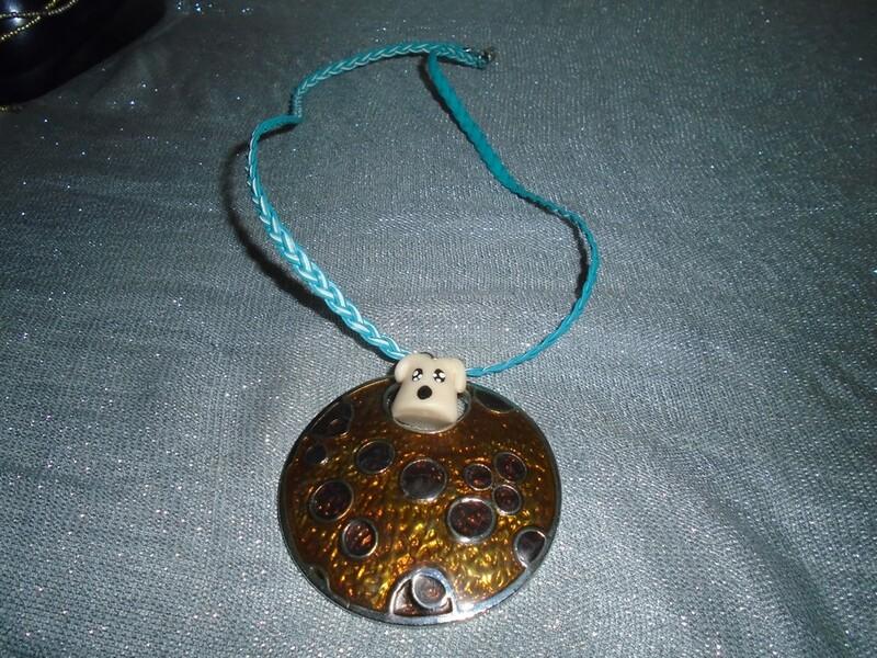 collier pendentif rond et petit chien