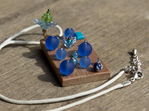 pendentif en bois et perles bleues