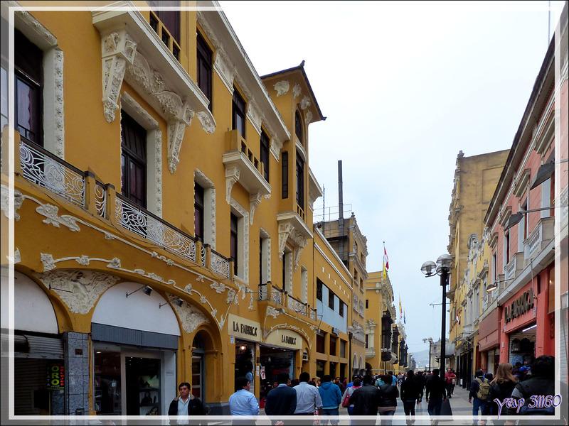 """Balade le nez en l'air dans le Lima historique (Pérou) : retour vers la Plaza de Armas par la Calle Jiron de la Union avec le beau bâtiment """"Photografia Central Eugène Courret"""""""