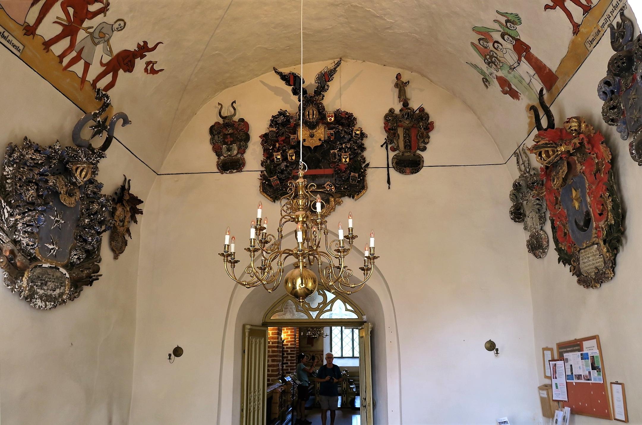 A l'entrée de l'église  : des blasons.