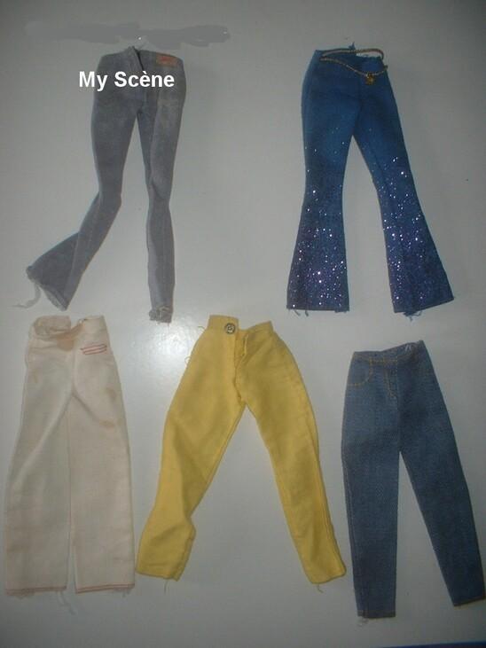 """Le jean en haut à gauche a une étiquette illisible (mais je ne pense pas qu'il y ai écrit Barbie), le jean brillant en haut à droite a un petit """"B"""" métal à la ceinture, les autres ont des pressions carrées métal"""