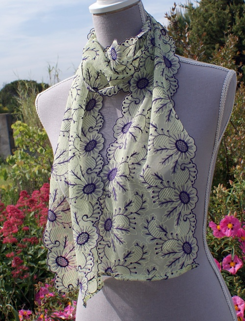 Une écharpe en dentelle de Calais aux fleurs brodées