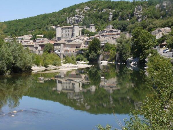 Vogué et son château qui se mire dans l'Ardèche