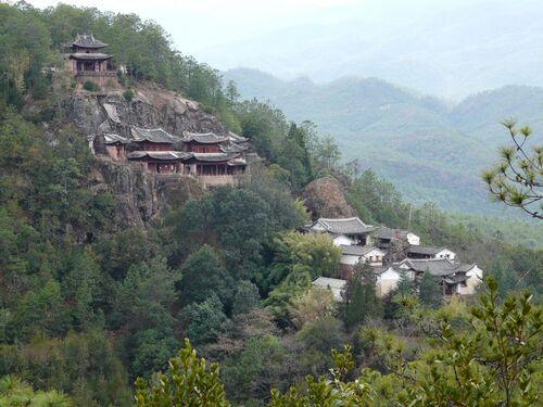 un petit temple à flanc de colline;