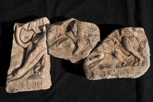 Fragments d'une stèle en bas-relief représentant le sacrifice du taureau par Mithra, retrouvée à Lucciana.