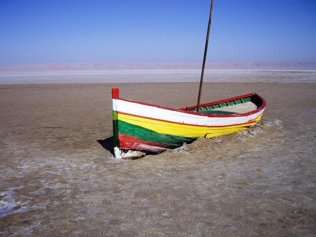 Barque dans le lac salé du  Chott