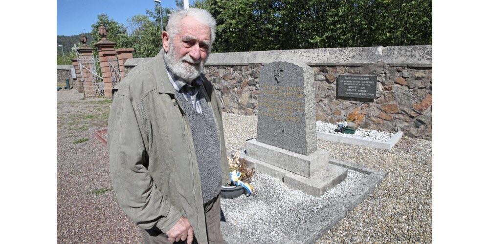 Florent Holveck, 92 ans, devant une plaque (contre le mur) rendant hommage, dans le cimetière de La Broque, à ses camarades Edmond Krantz et Léon Oechsel. Ils ont été fusillés le 13avril 1945, sur le front de l'Est, pour avoir tenté de déserter. Ils avaient 16 et 17 ans. Photo L'Alsace /Jean-Marc LOOS