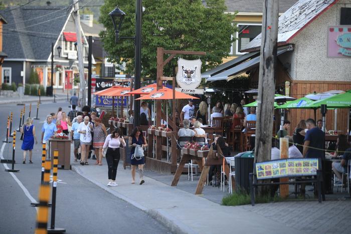 Les Touristes Débarquent Dans Les Laurentides -
