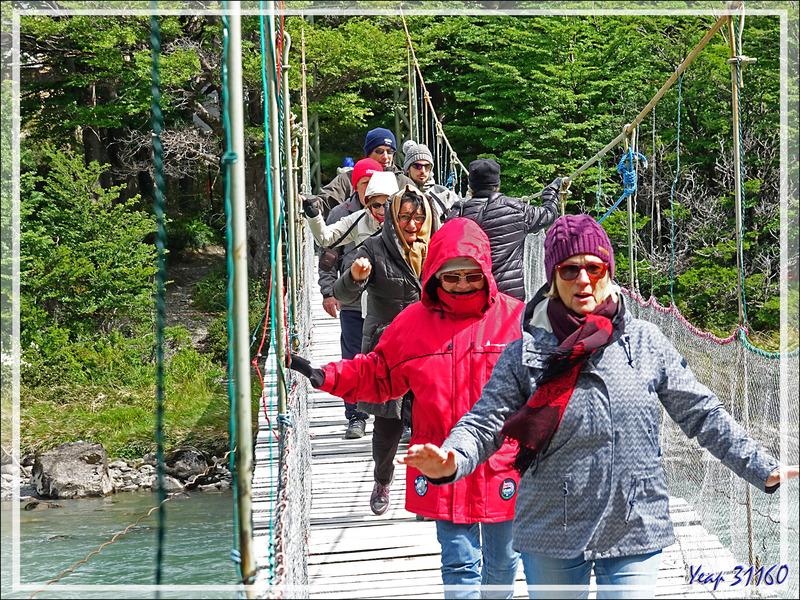 Passerelle suspendue sur le Rio Pingo - Parque Torres del Paine - Patagonie - Chili
