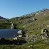 Passage sur la rive Occidentale (à droite) du lac du Cardal (2221 m)