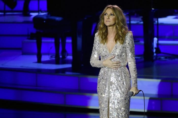 """Attentats de Paris : Céline Dion rend hommage aux victimes en chantant """"L'hymne à l'amour"""""""