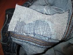 Réparation d'un jean percé à l'entrejambe