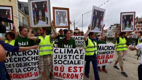 La marche des portraits, la guerre contre Macron ne s'arrête plus