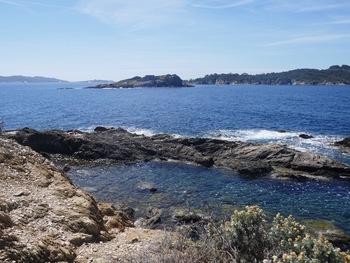Sur l'îlot qui ferme le port, face aux îles du Petit et du Grand Ribaud.