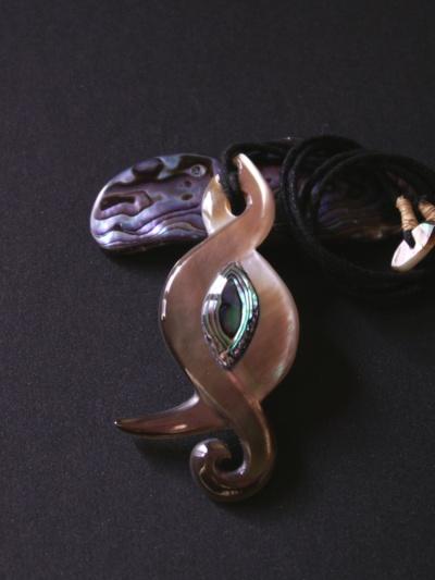 Blog de usulebis :Usulebis ,Artisan créateur de bijoux polynésiens , contact : usulebis@hotmail.fr, Pendentif nacre et Paua