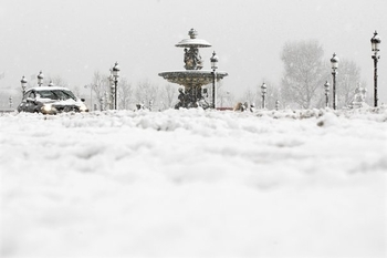 621547_view-of-the-snow-covered-concorde-place-in-paris