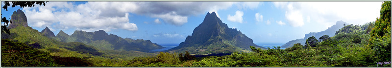 Panorama vu du Belvédère : Le Mou'a Roa (880 m), la Baie d'Opunohu, le Rotu'i (899 m), la Baie de Cook, le Mou'a Puta (830 m) - Moorea - Polynésie française