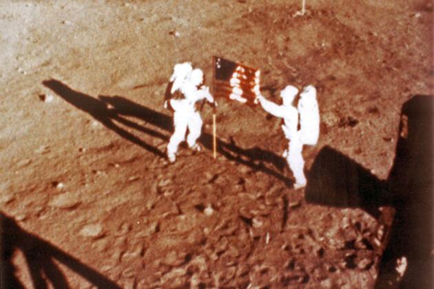 Premiers pas sur la Lune